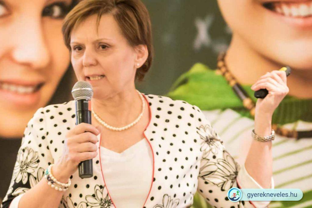 Dr. Fábián Mária neurológus az Iskolai Agresszió Kezelési Konferencián 2019-ben.