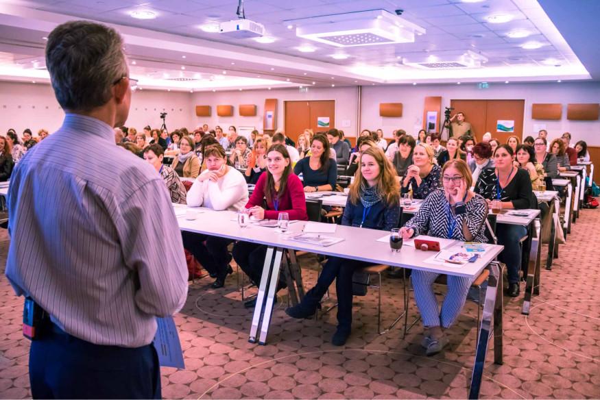 Novák Ferenc agresszió megelőzési előadása pedagógus konferencián