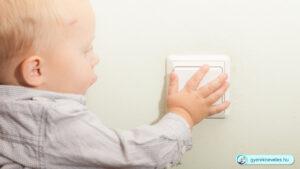 Gyerek kapcsolgatja a lámpát - Gyereknevelés, gyermeknevelés technikák